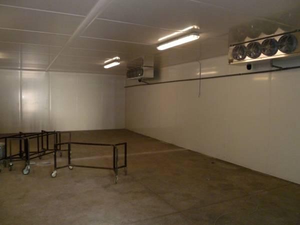 Interno cella frigorifera con aeroevaporatori cubici installata presso Cappelle Sale Commiato Firenze