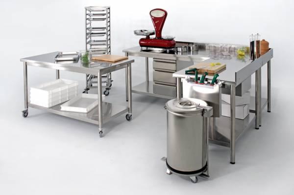 Attrezzature in acciaio inox come tavoli,lavelli, armadi,scaffalature specifici per la lavorazione;