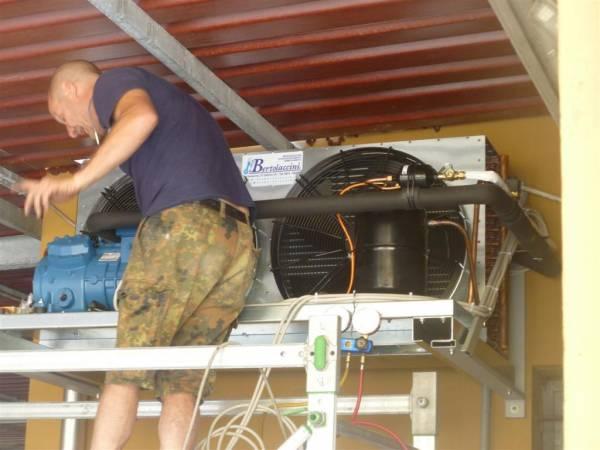 Installazione unit� motocondensante esterna per ambiente climatizzato per conservazione pelli grezze