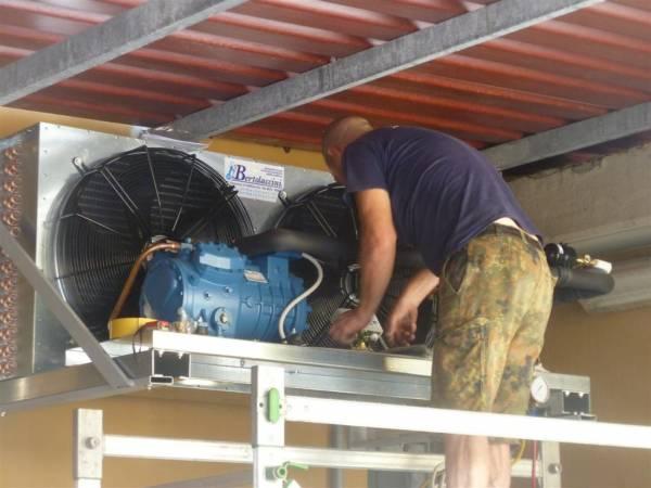 Installazione di unit� motocondensante esterna per impianto di conservazione pelli grezze
