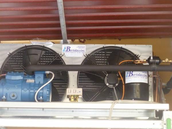 Evaporatore installato in ambiente per la conservazione di pelli grezze unit� motocondensante esterna